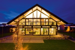 Le ampie superfici vetrate unite all'utilizzo della tecnologia LED riducono al minimo l'impiego di energia elettrica per l'illuminazione della casa.