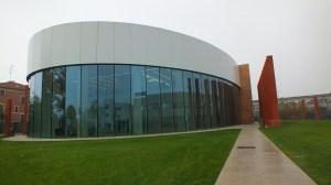 La filiale modenese di Tetra Pak copre un'area di 75.000 metri quadrati (di cui 45.000 coperti), al cui interno lavorano oltre 850 dipendenti e giornalmente ospita e accoglie circa 1.000 persone.