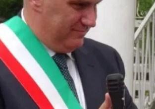 """Photo of Il giorno di Enzo: revoca le dimissioni, sposa """"Bambeniello"""" e nomina assessore la Boccanfuso"""