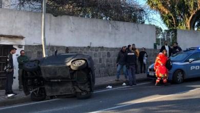 Photo of Casamicciola, auto 50 si ribalta e sbatte contro un palo: due feriti