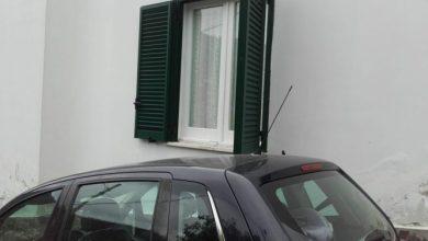 Photo of Auto in sosta le blocca finestre: «Ci vorrebbe giustizia privata»