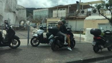 Photo of Inciviltà ischitana, i motorini finiscono sul marciapiedi