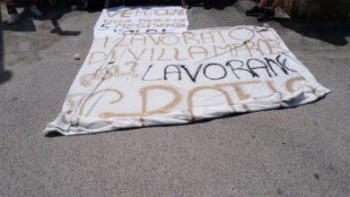 Photo of Lavoratori in catene, mattinata ad alta tensione a Villa Mercede