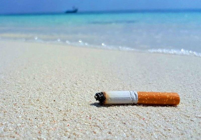 Dal 15 luglio è vietato fumare in spiaggia: multe fino a 500 euro ...