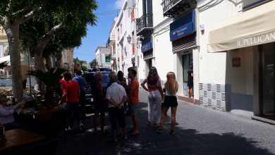 Photo of I carabinieri arrivano fuori alla banca: donna dà i numeri, nessuna rapina