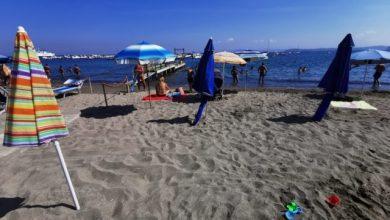"""Photo of LA FOTONOTIZIA Ombrelloni in spiaggia dalla notte, a San Pietro la """"prenotazione"""" è oscena"""