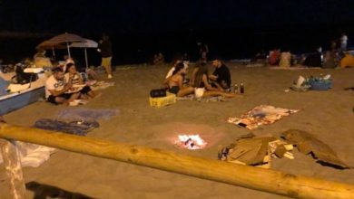 """Photo of Altro che spiagge off limits, a Ferragosto """"comandano"""" falò e superalcolici"""