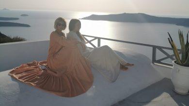 Photo of Viaggiare con stile: Licia e Nathalie, esempi di glamour a santorini