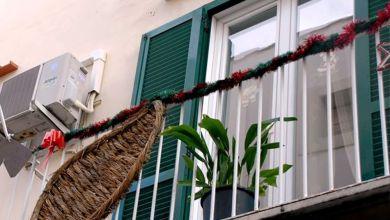 Photo of Che polemiche sul borgo incantato: due appese ad un balcone non  fanno natale