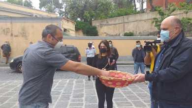 Photo of Si arrendono anche i tassisti, consegnate le chiavi al sindaco