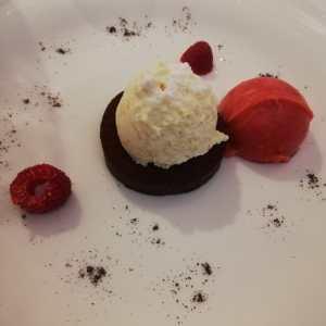 Ganache di cioccolato morbido alle mandorle e sorbetto di lamponi