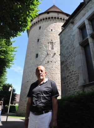 C:\Users\ILHAN\Desktop\TEMMUZ BULTENINE GIRECEKLER\Fransa- ilhan Karacay, Fransa'nin Bourganeuf kasabasinda Cem Sultan'in barindirildigi Zizim Satosu onunde.jpg
