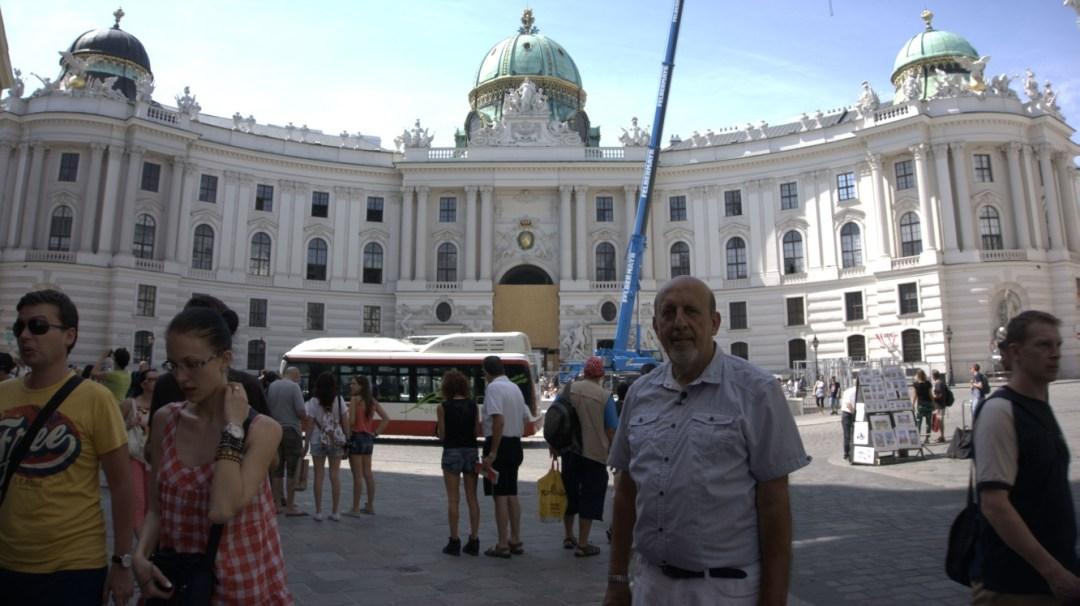 C:\Users\ILHAN\Desktop\ARALIK BULTENINE GIRECEKLER\Viyana ilhan Karaçay Parlamento önünde (1).jpg