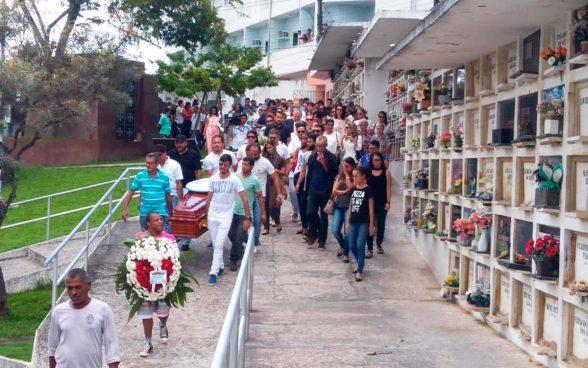 Amigos e familiares vão a enterro de estilista achado morto dentro de casa em Itabuna; companheiro é suspeito do crime 1