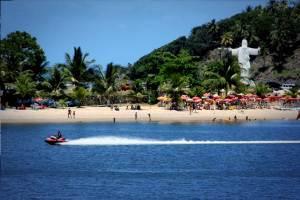 Praia do Cristo, uma praia de águas calmas no centro de Ilhéus