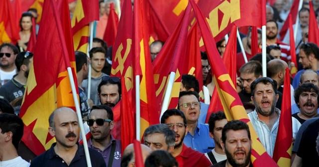 """Partido Comunista Grego em manifestação de 2015: uma população com dificuldade de entender que """"não existe almoço grátis"""""""