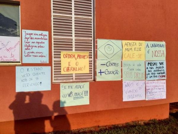 """Exemplos de cartazes da """"manifestação"""" na UFU"""