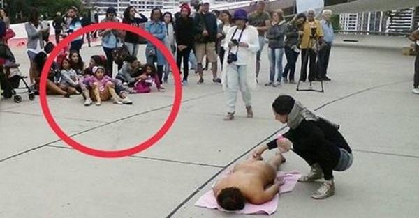 """Esquerda pratica """"depilaço"""" em frente a museu lotado de crianças e no meio da tarde"""