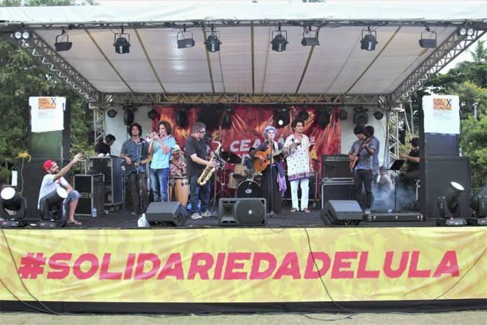 Uma faixa com a hashtag SOLIDARIEDADELULA foi extendida na parte inferior do palco.