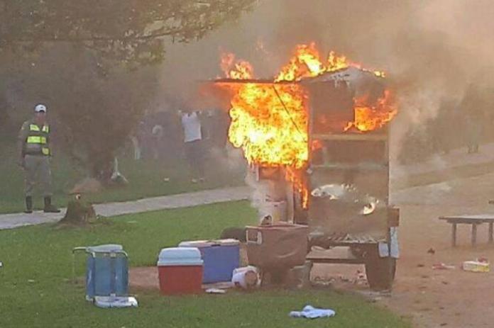 A carrocinha do pipoqueiro Márcio pegou fogo, mas graças ao apoio dos clientes, ele poderá comprar uma nova