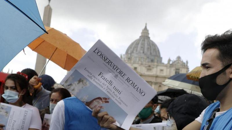 """""""Fratelli tutti"""": i giovani di Sant'Egidio distribuiscono la nuova enciclica del Papa"""