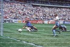 Lo slalom pazzesco di Maradona il gol più bello compie 25 anni ...