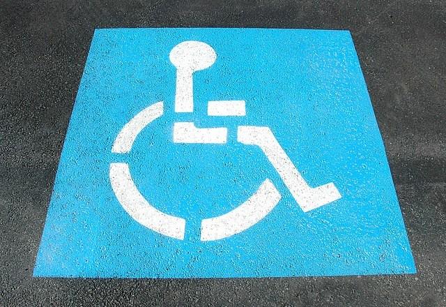 Auto davanti casa, donna disabile danneggia 30 vetture