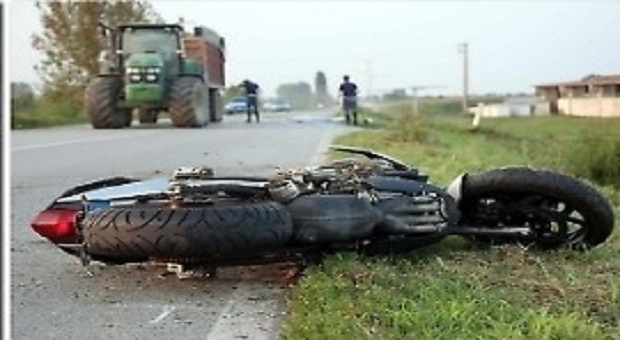 Schianto tra moto e trattore nel Casertano, morti 2 centauri
