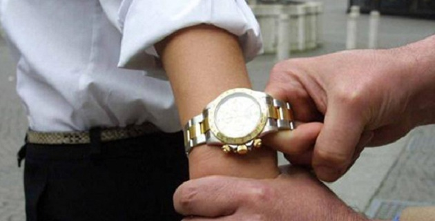 Rolex scippati a Napoli, rapinatore incastrato dalle foto dei turisti
