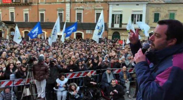 Uovo al comizio manca Salvini e colpisce una donna: il vicepremier si scusa