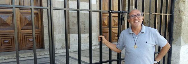 Il parroco don Andrea Marianelli davanti ai cancelli installati a San Marco
