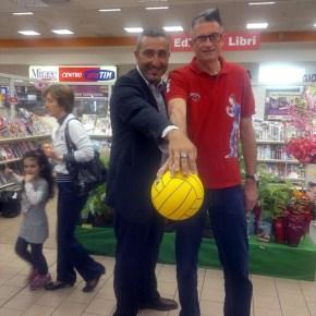 Giovanni Coratella del Pozzuoli con Andrea Lucchetta mito del volley