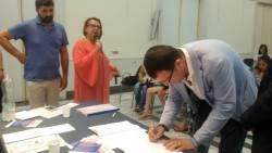 Mario Sirignano firma il protocollo, alle sue spalle Raffaella Ruocco
