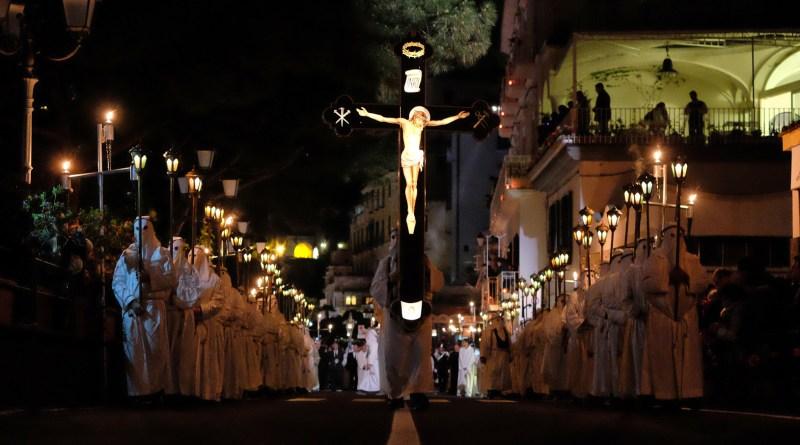 Amalfi. Venerdì la suggestiva processione notturna del Cristo Morto