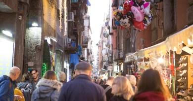 Da Napoli, 77 cartoline con l'annullo filatelico di Poste Italiane per abbattere tutti i muri del mondo