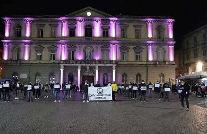 """Flash mob Comitato Commercianti Agro Nolano: """"La nostra piazza è il vostro cimitero"""""""