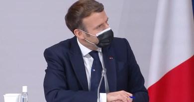 Il Presidente Emmanuel Macron indossa un frammento di Napoli