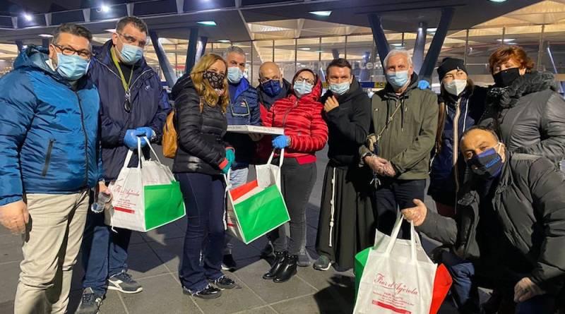 Solidarietà_200 pizze donate ai senza tetto della stazione di Napoli