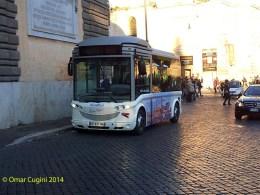 Il nuovo minibus elettrico di BlueBus in sosta a Piazza del Popolo