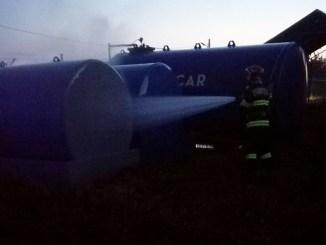 Pompierii ialomițeni au interveni pentru a lichida un incendiu ce cuprinsese un rezervor cu motorină. FOTO ISU Ialomița