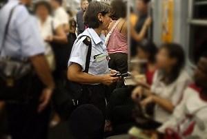 Si rifiutano di fornire le generalità al controllore, alla fermata trovano i carabinieri