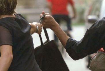 Scippano una donna davanti al supermercato, presi dai Carabinieri