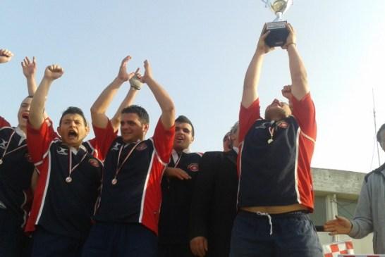 Trofeo Buonanotte, 30 apr 13, il capitano del San Salvo Rugby Pavone alza la coppa