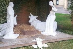 Danneggiata una statua del presepe di piazza Rossetti