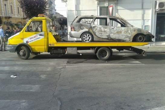 incendio auto villa
