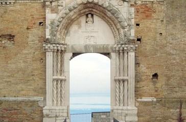 Un'area verde antistante il portale di San Pietro che va tutelato e risanato