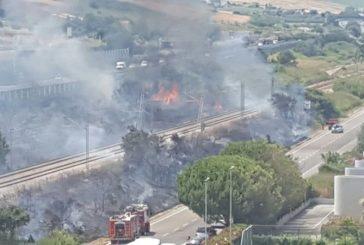 Incendio a Termoli, treni fermi e autostrada chiusa