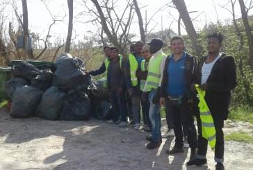 I rifugiati puliscono la Riserva dalla plastica