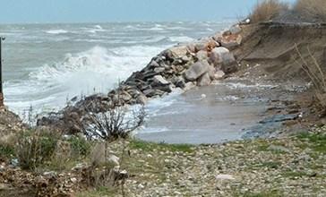Il mare mangia la spiaggia, le case ormai a un metro