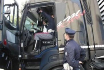 Altera il cronotachigrafo, camionista fermato sulla A14